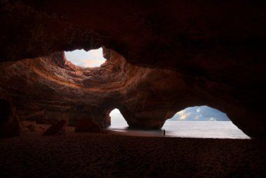 la grotte de benagil au coucher du soleil