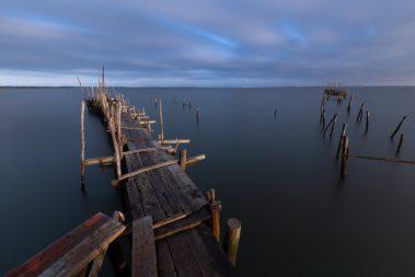 pose longue photo sur le port de pêche de comporta au portugal