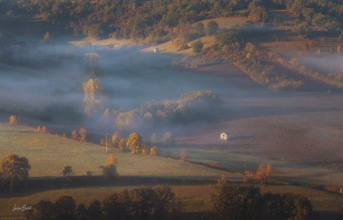 brume dans la vallée Cordes sur Ciel cité médiévale (1)