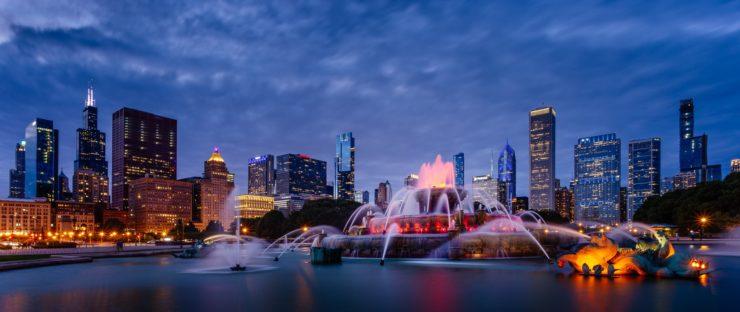 Buckingham Fountain à l'heure bleue à Chicago aux USA